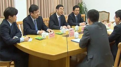 Secretary Zhou Qiang Meets with Henry Cai of Deutsche Bank